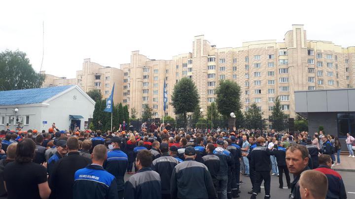Працівники БелАЗ вийшли з вимогою чесних виборів