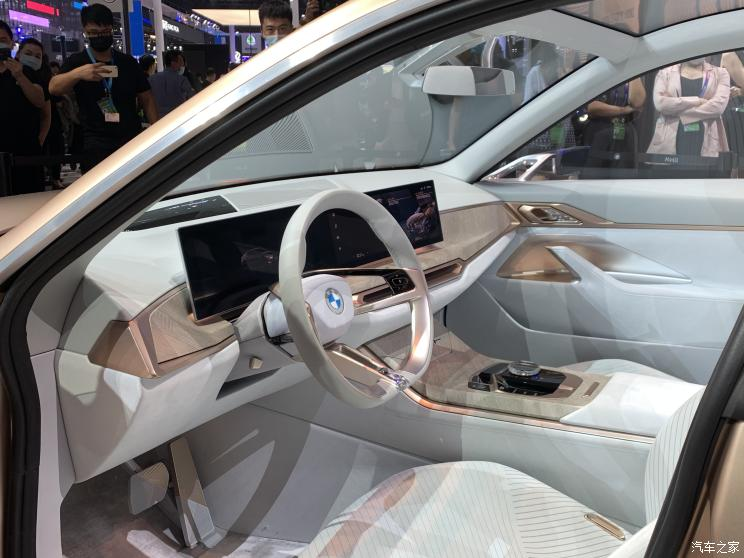Презентация серийного электроседана BMW i4 на Пекинском автосалоне
