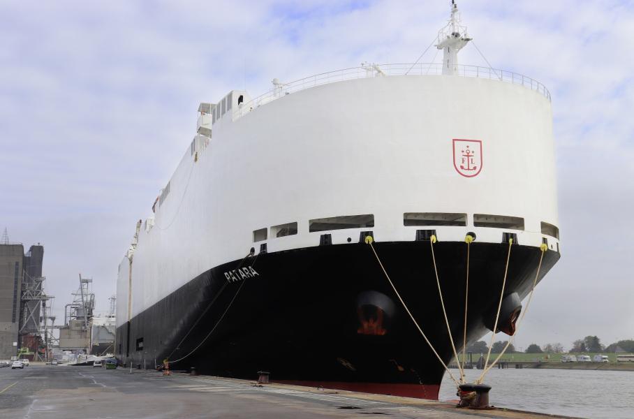 Volkswagen почав заправляти судна-автовози паливом з відходів
