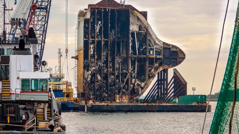 Затонулий корабель з автомобілями розпиляли гігантської пилкою