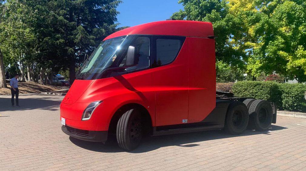 Компанія Tesla вперше продемонструвала в русі електричний вантажівка Tesla Semi
