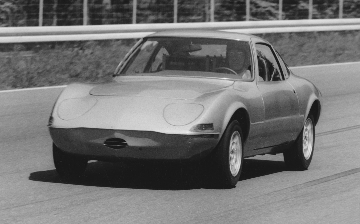 Перший електромобіль з «блискавкою» святкує 50 років